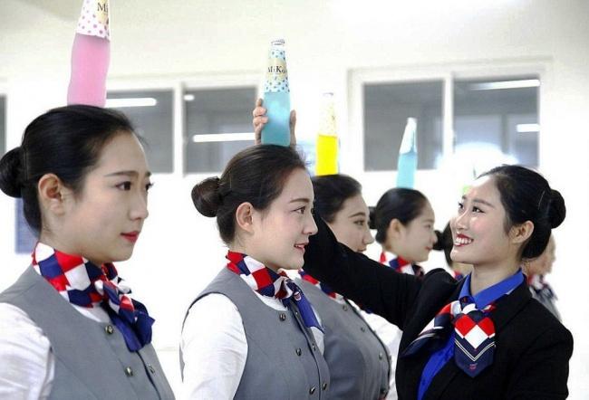 Гірше, ніж в армії: Як тренують стюардес у Китаї - фото 1