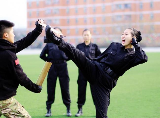 Гірше, ніж в армії: Як тренують стюардес у Китаї - фото 6