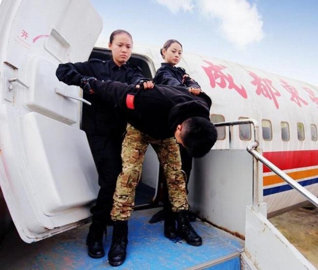 Гірше, ніж в армії: Як тренують стюардес у Китаї - фото 7