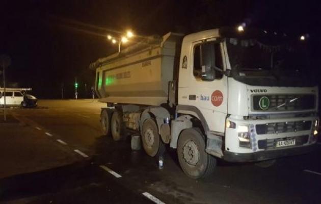 У Києві мікроавтобус врізався у вантажівку: є постраждалі (ФОТО) - фото 4