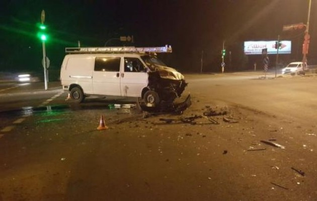 У Києві мікроавтобус врізався у вантажівку: є постраждалі (ФОТО) - фото 2