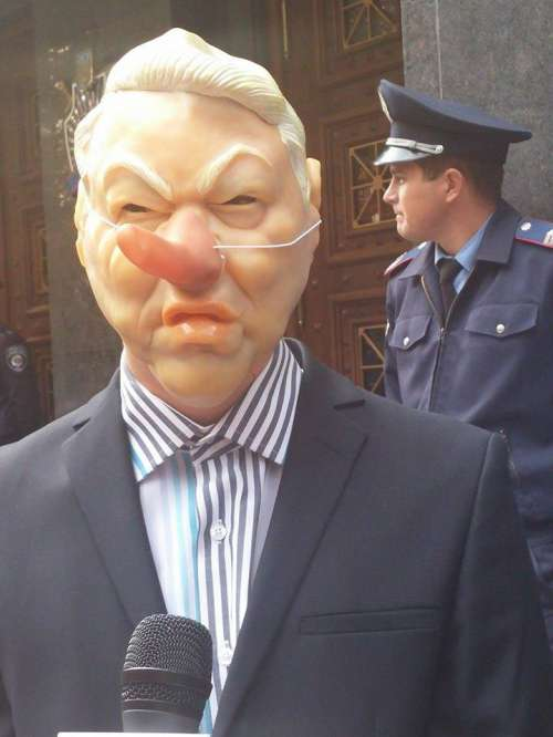 Під ГПУ принесли опудало Шокіна з носом Буратіно  - фото 1