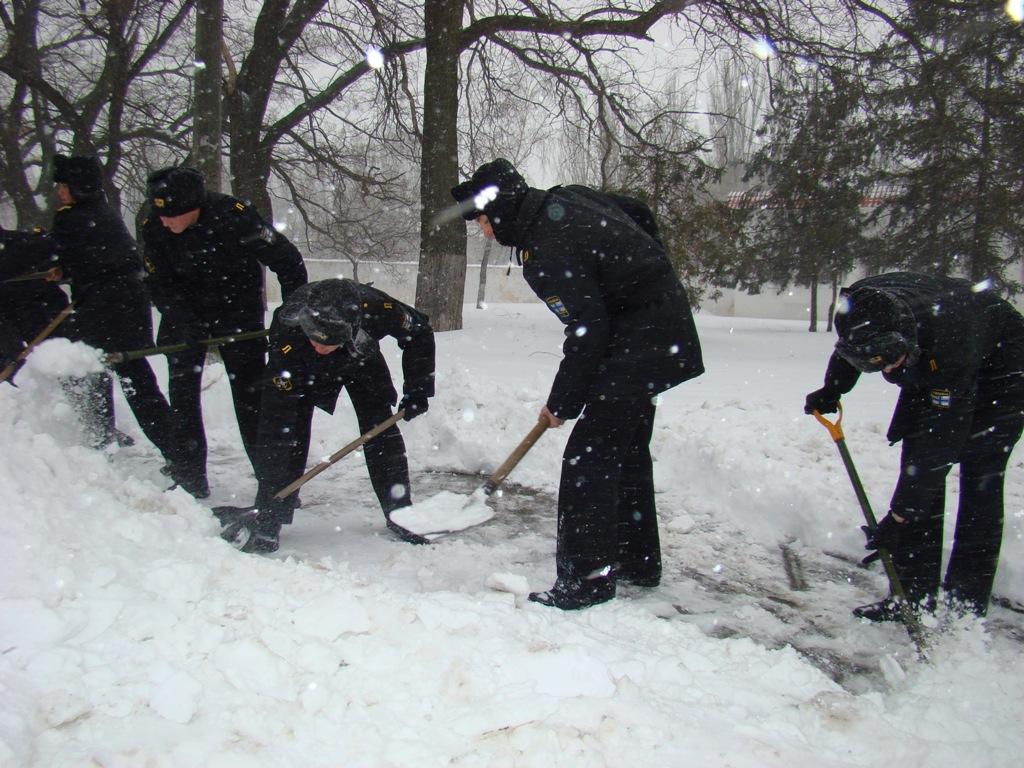 До боротьби із сніговою стихією на Одещині залучили армію - фото 3