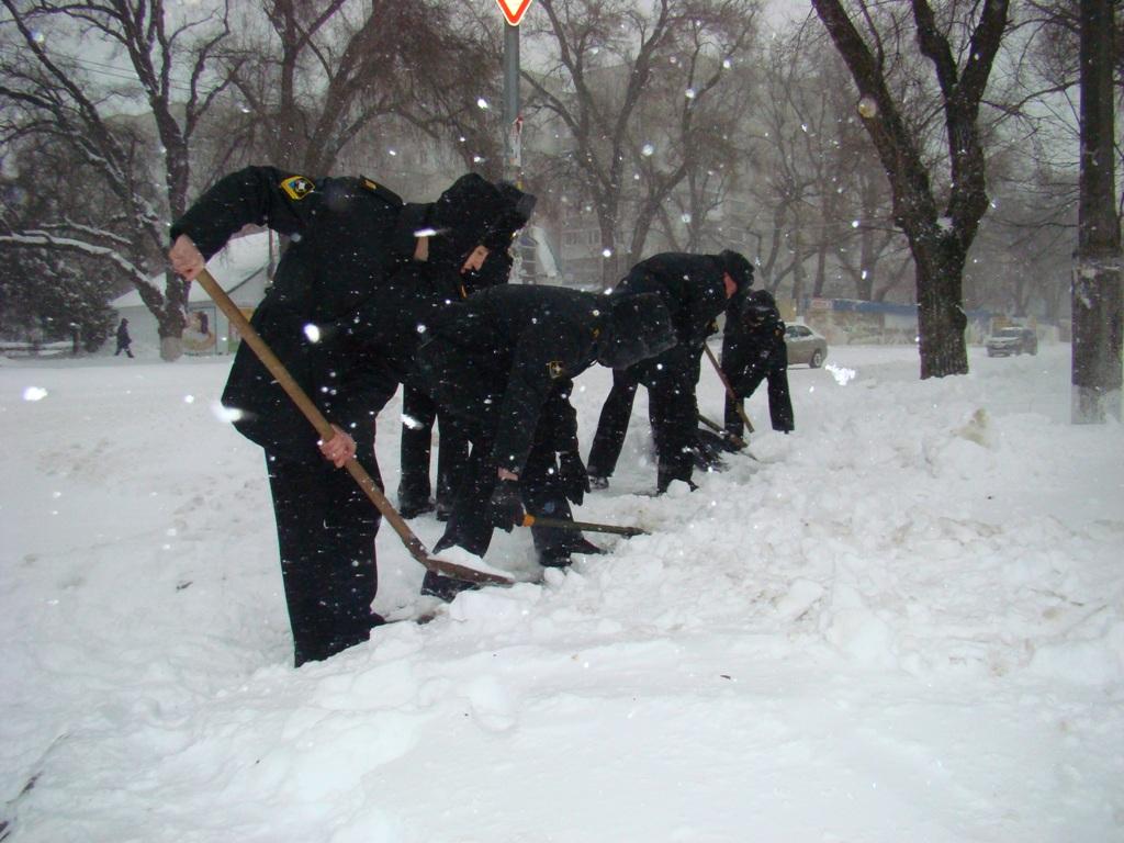 До боротьби із сніговою стихією на Одещині залучили армію - фото 4