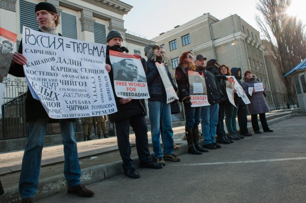 Як Путіна стратили перед посольством Росії - фото 4