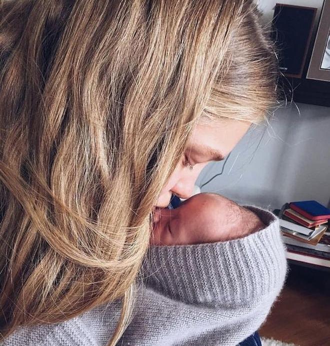 Водянова вперше показала новонародженого сина  - фото 1
