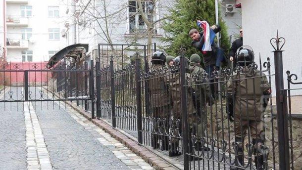 Парасюк пояснив, чому зірвав російський прапор у Львові - фото 1