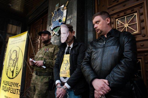 """""""Медведчук підарешт"""": Під ГПУ активісти вимагають посадити кума Путіна - фото 1"""