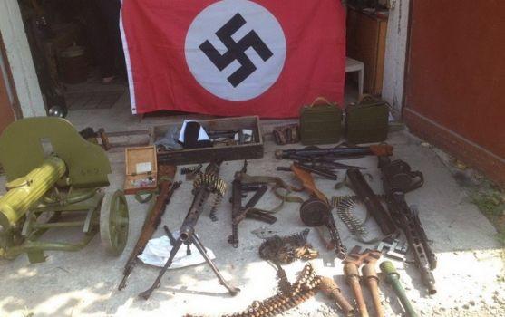 На Херсонщині у росіянина знайшли сепарський схрон зі зброєю та свастикою  - фото 1