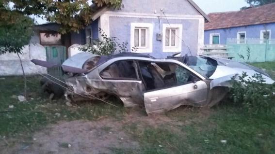 """Моторошне ДТП на Миколаївщині: """"BMW"""" зніс електроопору, водій загинув - фото 3"""