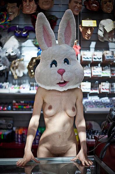 Фотосесія голих дівчат із дивними масками на голові підірвала мережу (ФОТО, 18+) - фото 11