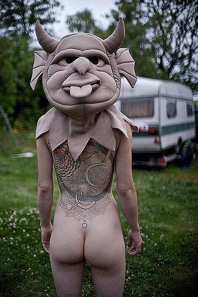Фотосесія голих дівчат із дивними масками на голові підірвала мережу (ФОТО, 18+) - фото 13