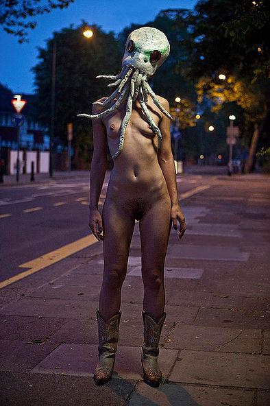 Фотосесія голих дівчат із дивними масками на голові підірвала мережу (ФОТО, 18+) - фото 10