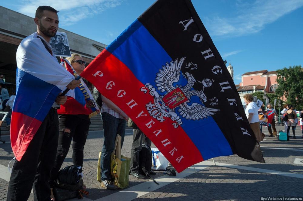 """У Венеції українці та росіяни влаштували бійку через прапори """"ДНР"""" - фото 6"""