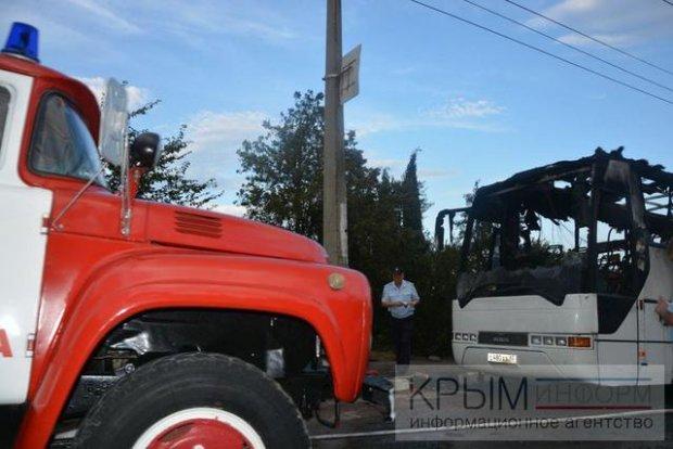У Криму дотла згорів туристичний автобус - фото 2