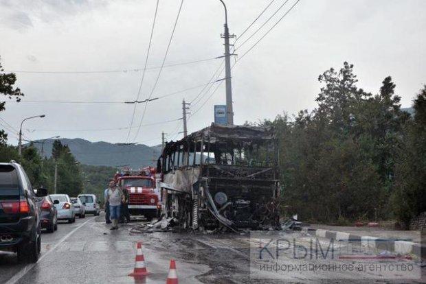 У Криму дотла згорів туристичний автобус - фото 1