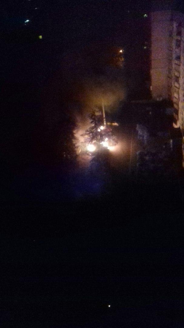 У Харкові у дворі житлових будинків палали автомобілі, - очевидці (ФОТО, ВІДЕО) - фото 2