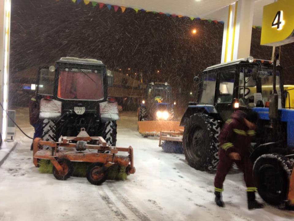 Київ завалило снігом. Водіїв просять утриматися від поїздок - фото 1