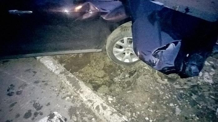 У Бердянську на шаленій швидкості зіштовхнулися два джипа, є постраждалі - фото 3