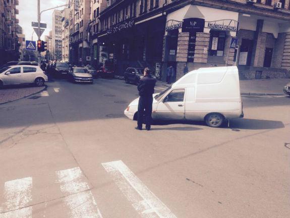 В центрі Києва провалився асфальт: під землю пішов автомобіль  - фото 2