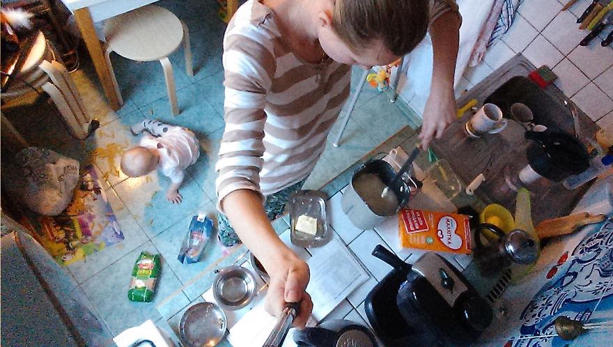 Росіянка з селфі-палкою показала, як насправді виглядає день матусі - фото 6