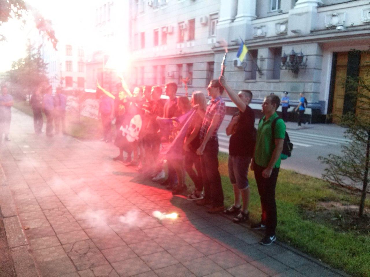 У Харкові біля главку поліції запалили фаєри  - фото 2