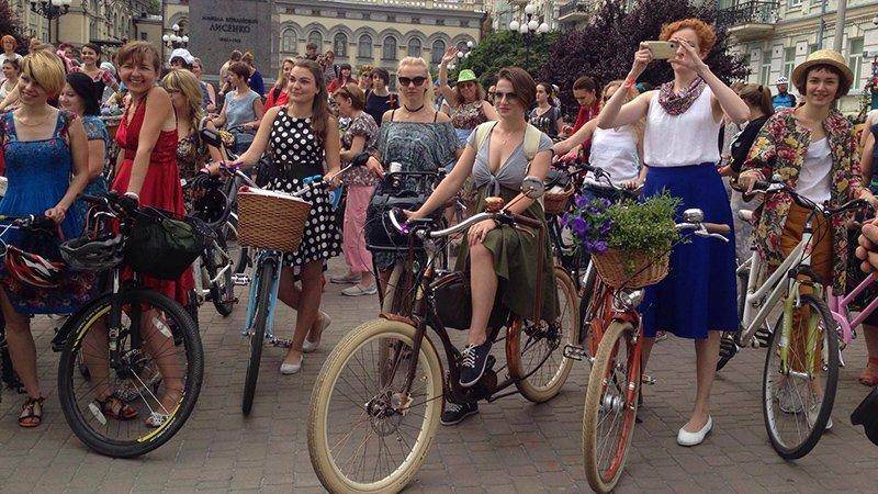 У Києві дівчата та бабусі влаштували велозаїзд на підборах  - фото 1
