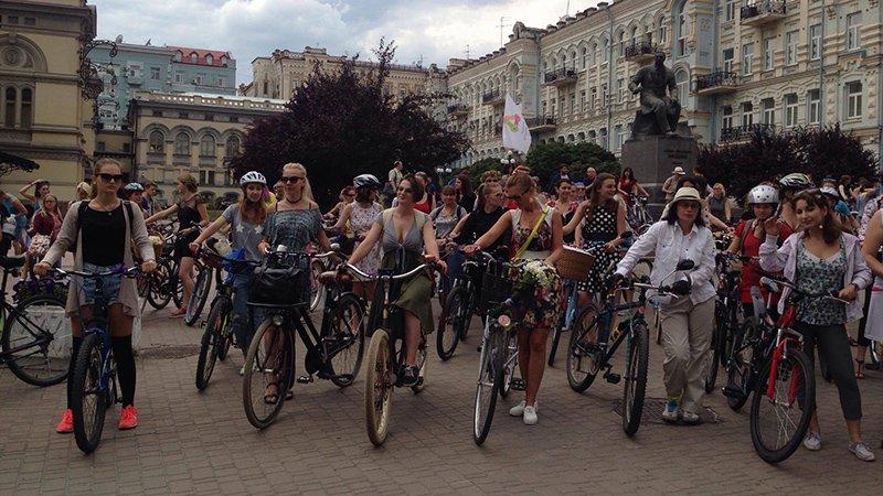 У Києві дівчата та бабусі влаштували велозаїзд на підборах  - фото 3