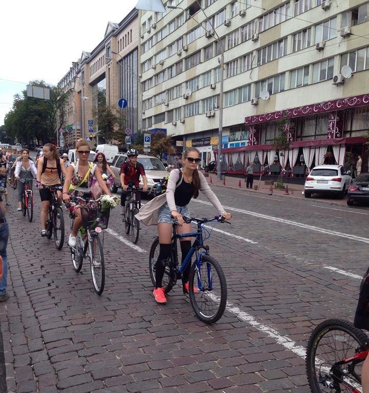 У Києві дівчата та бабусі влаштували велозаїзд на підборах  - фото 2