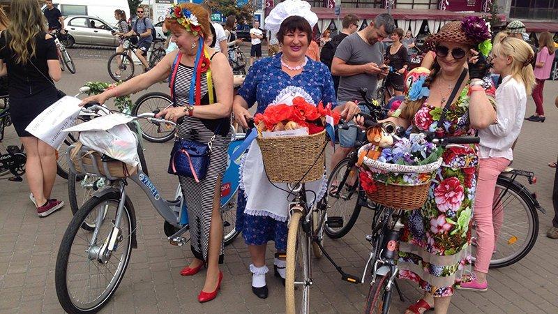 У Києві дівчата та бабусі влаштували велозаїзд на підборах  - фото 5