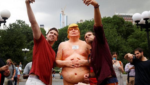 У містах США з'явився голий Трамп без чоловічого органу  - фото 1