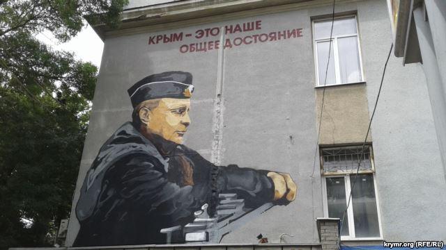 """У центрі окупованого Сімферополя """"виріс"""" гігантський Путін - фото 1"""
