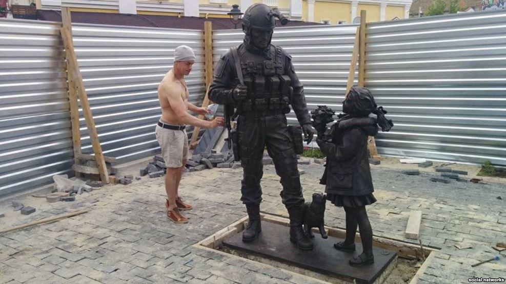 У Криму відкрили другий пам'ятник окупанту з котом (ФОТО) - фото 1