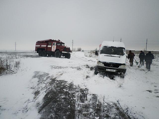 Як на Миколаївщині через негоду перекидаються автівки (ФОТО) - фото 1