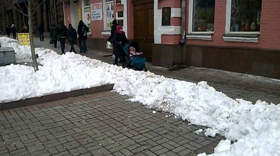 Як столичні комунальники знущаються над засніженим Хрещатиком  - фото 3