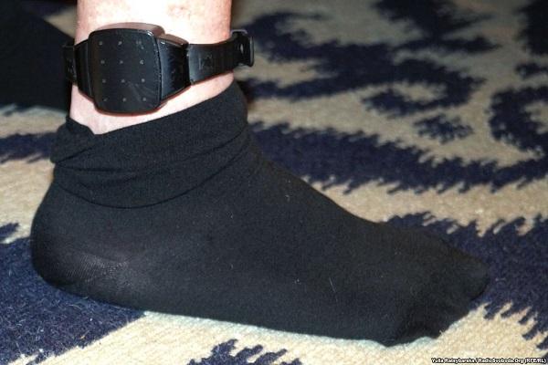 Корбан у Дніпропетровську показав електронний браслет під шкарпетками - фото 1