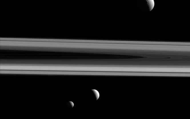 """NASA опублікувало унікальний знімок відразу трьох """"місяців"""" Сатурна - фото 1"""