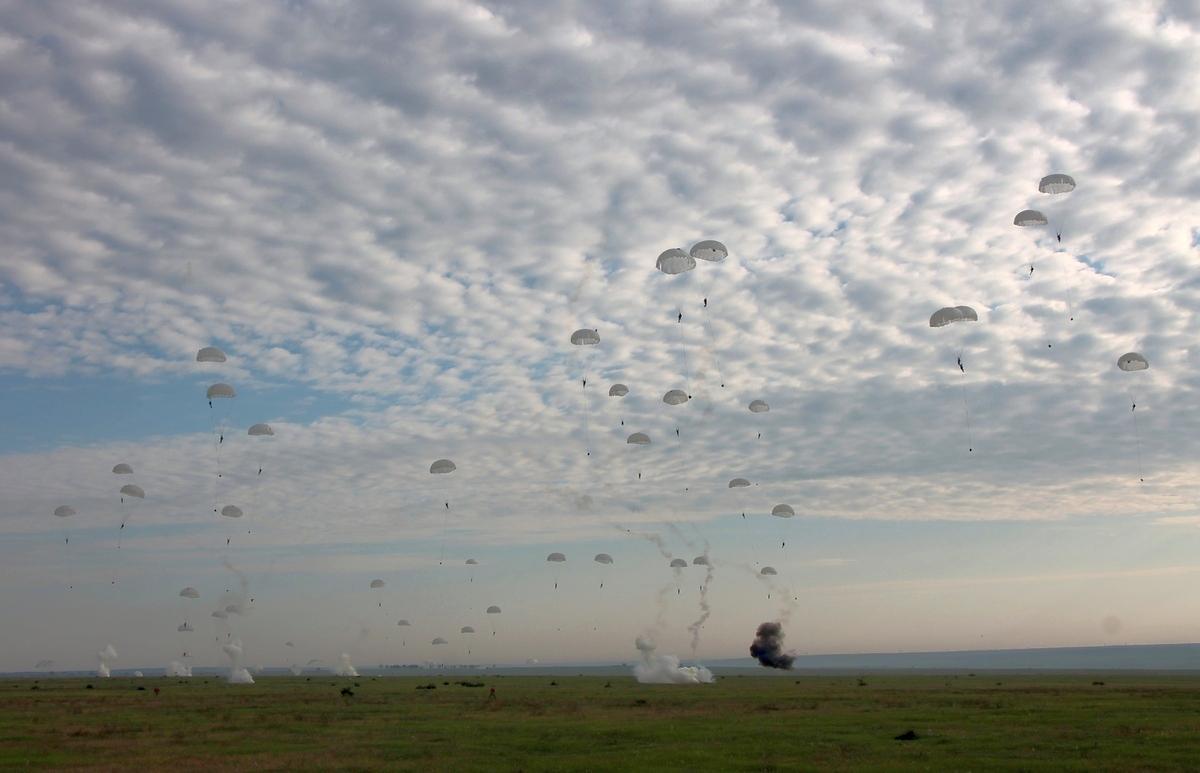З'явилися фото наймасовішого стрибку з парашутами миколаївської 79-ки