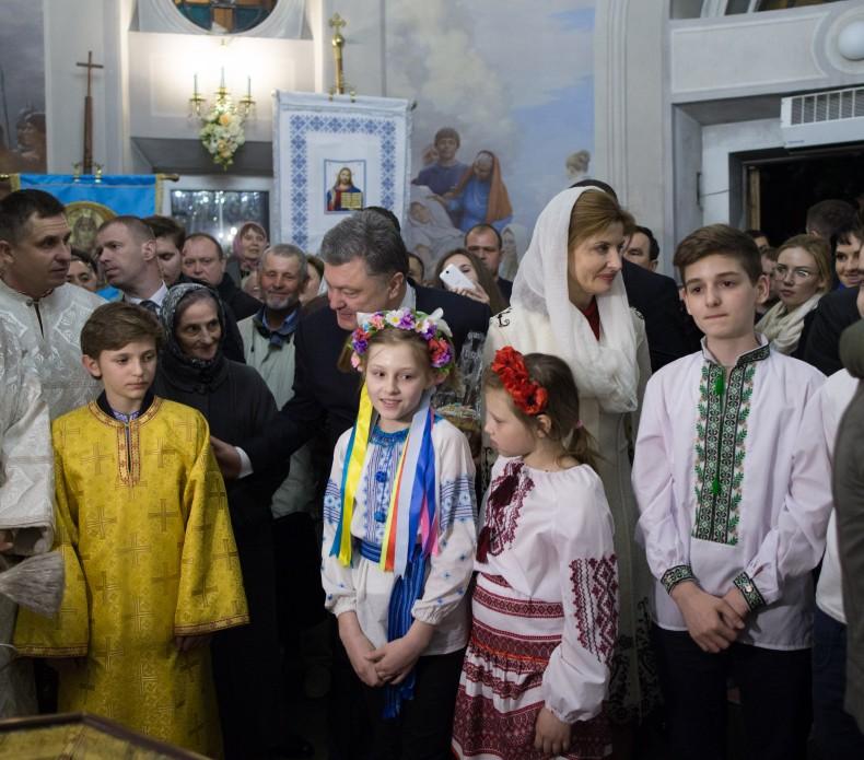 Президентське подружжя у Великодню ніч помолилося за Україну - фото 4