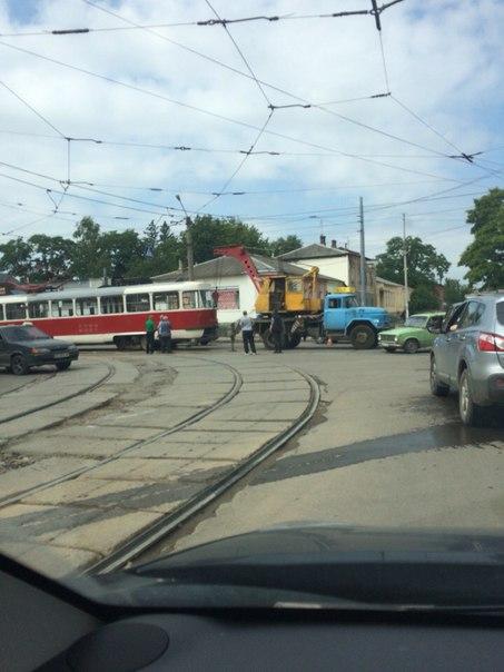 На Москалівці трамвай злетів з рейок при повороті  - фото 2