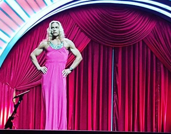 Корольова показала Тарзана в обтислій рожевій сукні - фото 1