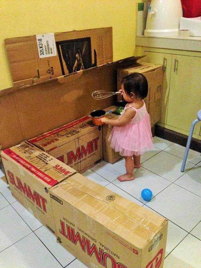 Як мама зробила дивовижну міні-кухню для доньки із картонних коробок  - фото 2