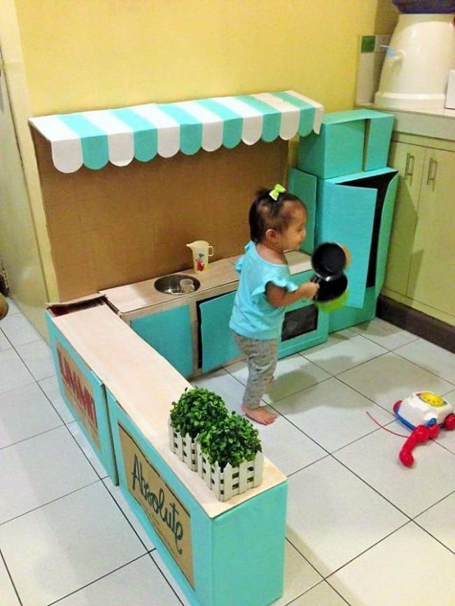 Як мама зробила дивовижну міні-кухню для доньки із картонних коробок  - фото 4
