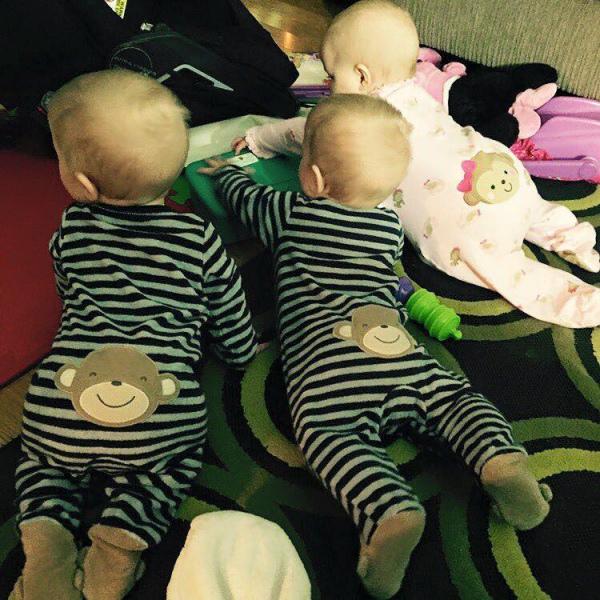 Батько 8-місячних трійнят та 2-річної доньки побив мамин рекорд із перевдягання  - фото 2