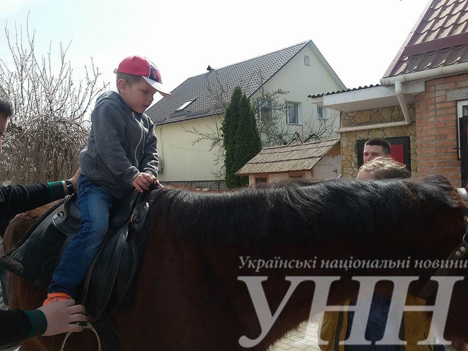 У Вінниці особливих дітей покатали на конях - фото 2