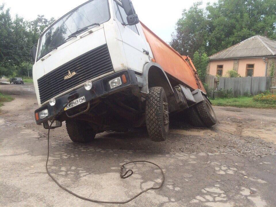 У Харкові вантажівка пішла під землю  - фото 4