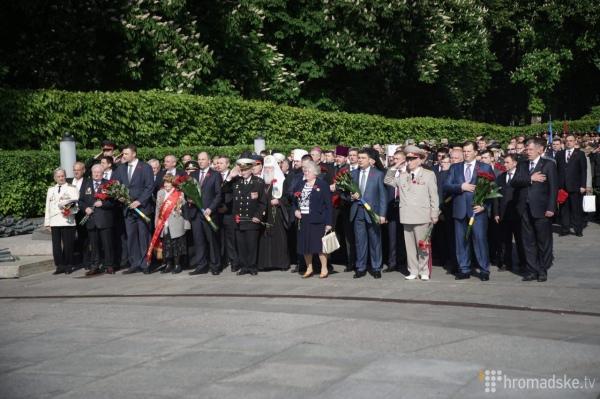 Порошенко на колінах та молитва за Україну: Як у Києві святкують 9 травня - фото 2