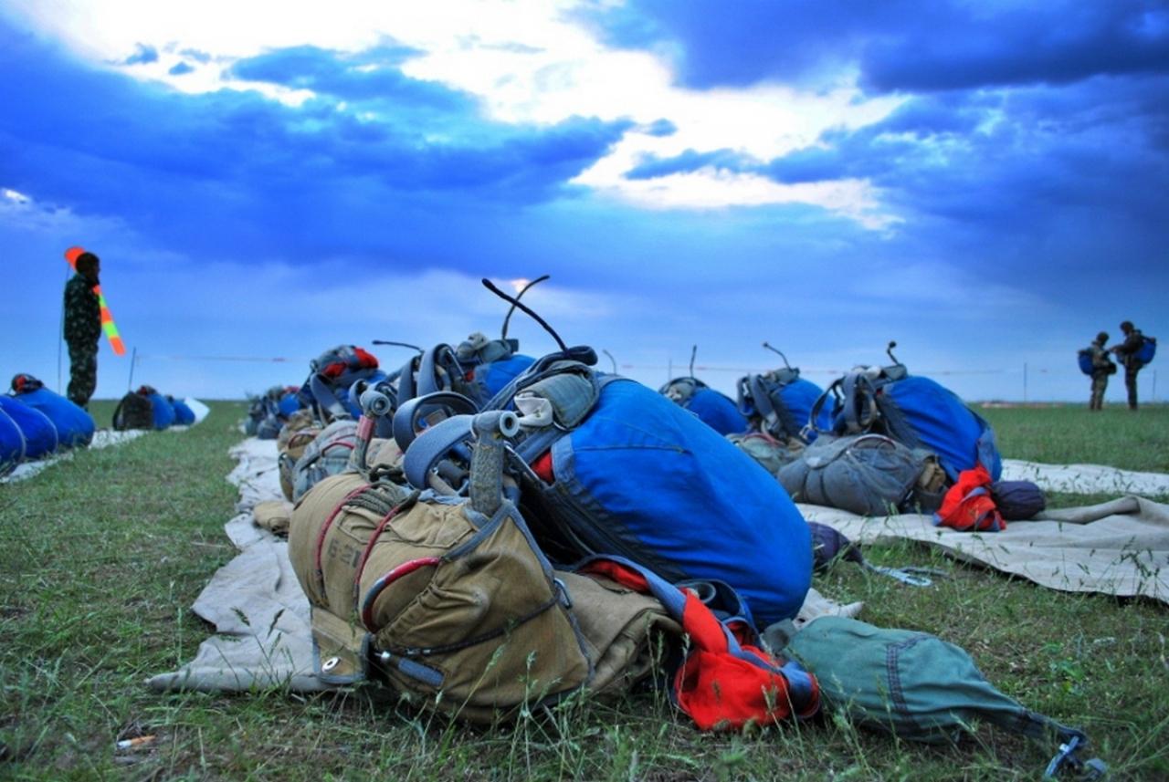 На Миколаївщині десантники відпраьовували техніку стрибків з парашутом - фото 3