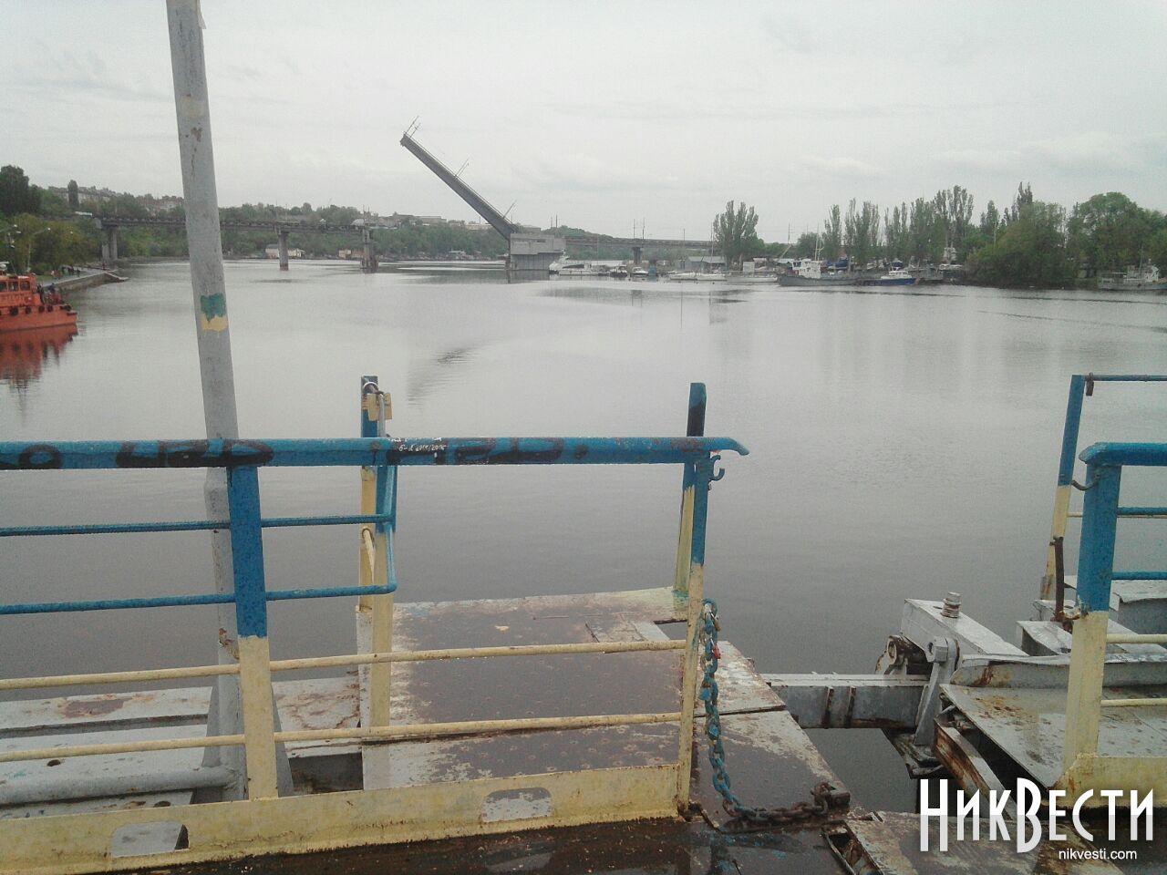 У Миколаєві працівники заводу не дають розвести міст