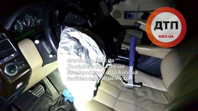 У Києві озброєні грабіжники протаранили авто поліцейських  - фото 2